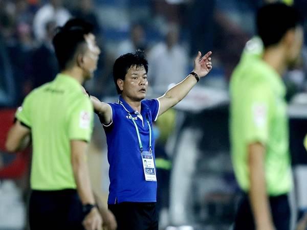 Bóng đá VN 19/4: HLV Nguyễn Văn Sỹ đồng ý cho học trò câu giờ